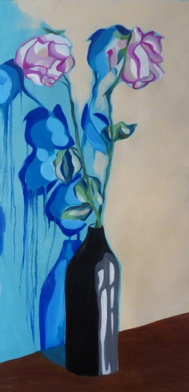 Un vase contenant deux roses avec des ombres